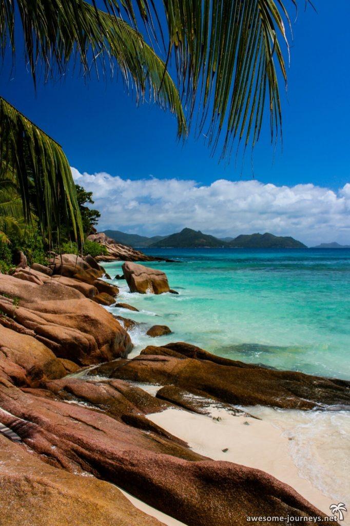 Granitfelsen bestimmen das Strandbild